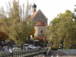 Plong am Plongsee: Blick vom Dampfersteg auf das Stadtzentrum mit Kirche