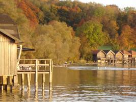 Idyllischer Plongsee: Bootshäuser in der Abendsonne